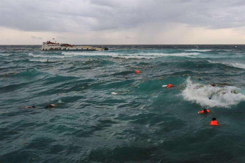 Varias víctimas del naufragio de una embarcación esperan ser rescatadas en la costa de la isla Selayar en Indonesia tras naufragar ayer un transbordador al sur de la isla indonesia de Célebes. EFE