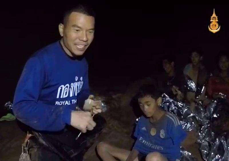 Captura de video cedida por Thai Royal Navy que muestra a miembros de un equipo de fútbol en una sección de la cueva Tham Luang en el parque forestal Khun Nam Nang, provincia de Chiang Rai, Tailandia, 04 de julio 2018. EFE