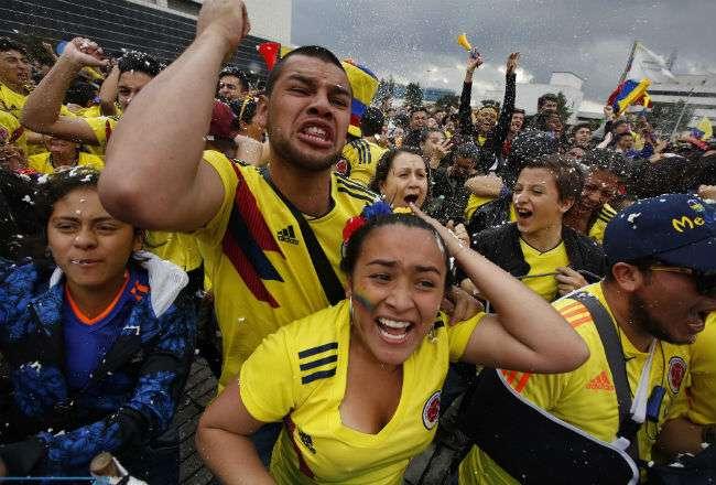 La afición de Colombia no aprueba las decisiones del árbitro Mark Geiger. Foto:AP