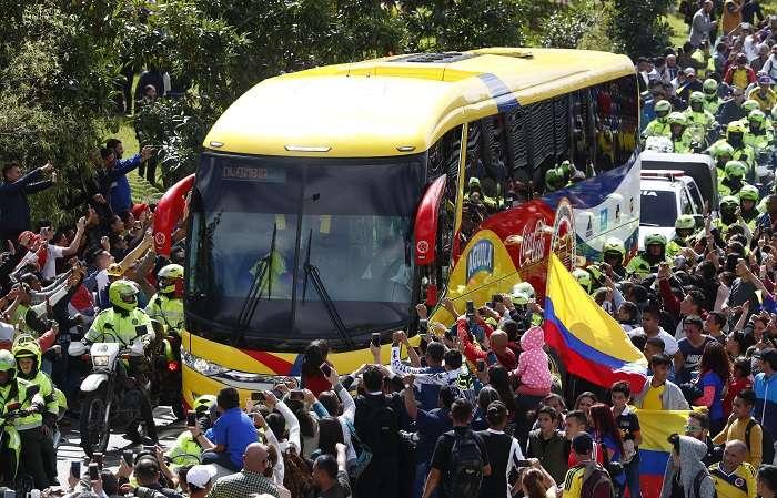 Aficionados saludan al paso del autobús que transporta a los jugadores de la selección colombiana de fútbol./EFE