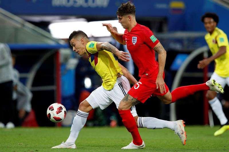 El centrocampista colombiano Quintero (u) y el defensa inglés John Stones, durante el partido Colombia-Inglaterra, de octavos de final. Foto EFE