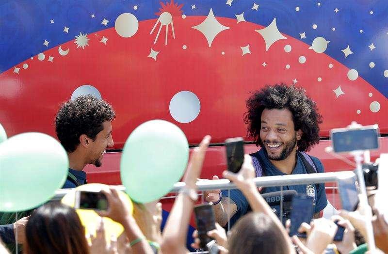 El jugador de Brasil Marcelo saluda a fanáticos a su llegada al hotel de concentración hoy. Foto EFE