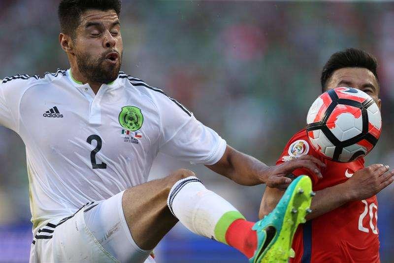 El defensa Néstor Araujo es uno de los jugadores de mejor rendimiento al frente de la selección mexicana. Foto EFE