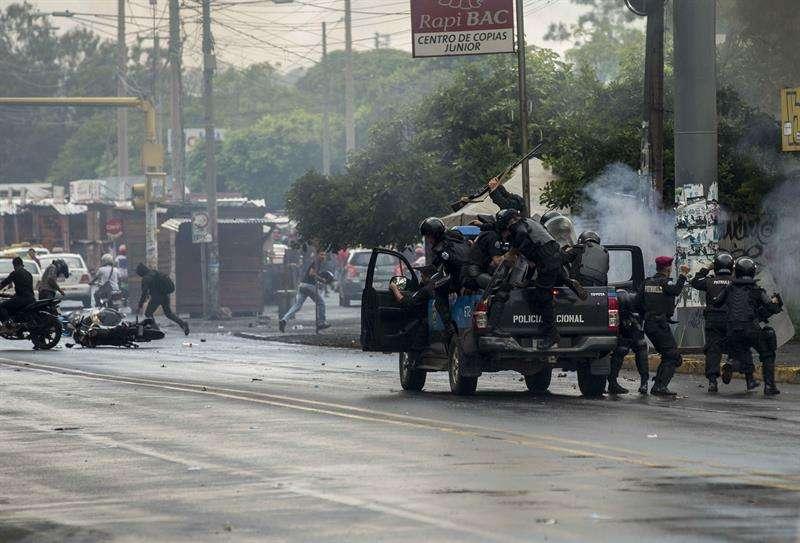 Manifestantes se enfrentan con policías hoy, lunes 28 de mayo de 2018, en Managua (Nicaragua). Hoy se cumplen 41 días en Nicaragua de una crisis que ha dejado al menos 76 muertos, según la Comisión Interamericana de Derechos Humanos (CIDH). EFE