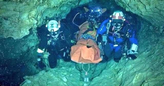 Vista general de la evacuación de uno de los menores atrapados en la cueva. Foto: @donderisja