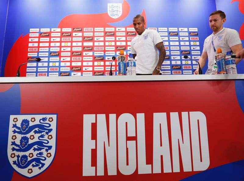 El jugador de la selección inglesa de fútbol, Ashley Young, ofrece una rueda de prensa en la localidad costera de Repino, cercana a San Petersburgo. Foto EFE