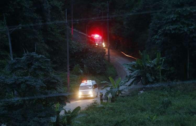Los funcionarios elogiaron a los buzos tailandeses e internacionales que, de dos en dos, ejecutaron la peligrosa misión de rescate, guiando a los niños. AP