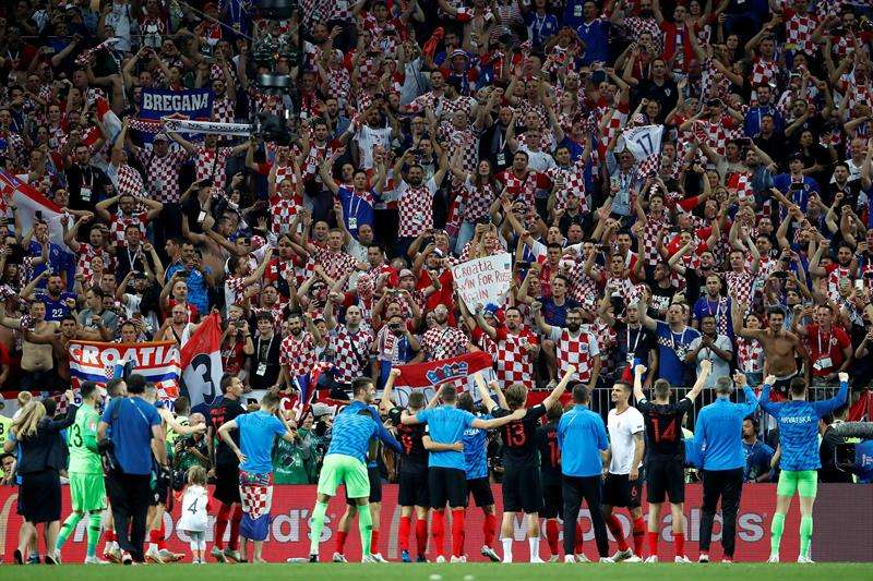 Jugadores croatas celebran la victoria tras el partido Croacia-Inglaterra, de semifinales del Mundial de Fútbol de Rusia 2018, en el Estadio Luzhnikí de Moscú. Foto EFE
