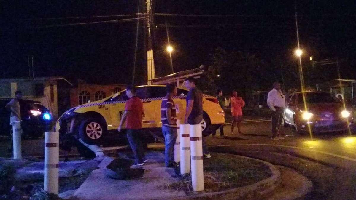 Producto del impacto, tras la colisión, el selectivo con la llanta delantera derecha trepada en en poste de seguridad. Foto: @TraficoCPanama
