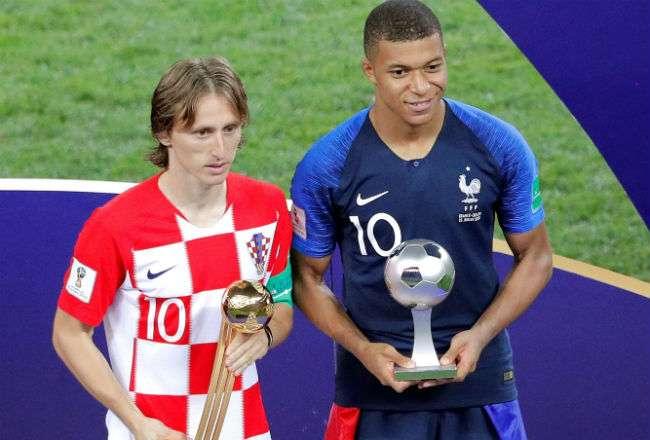 El centrocampista croata Luka Modric (i) junto al delantero francés Kylian Mbappé. Foto:EFE