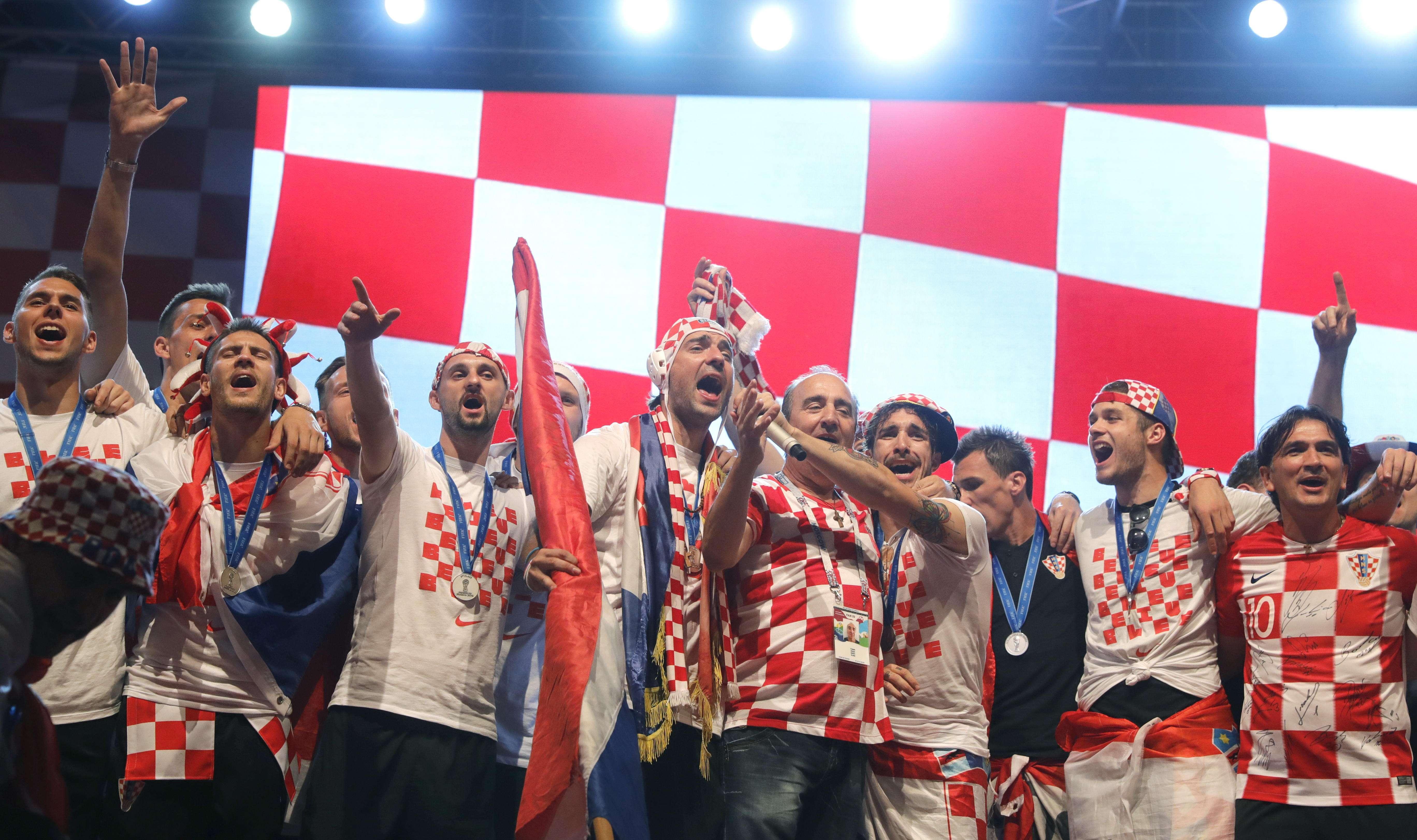 Jugadores de Croacia celebran con sus fanáticos al arribar a su país. Foto: AP