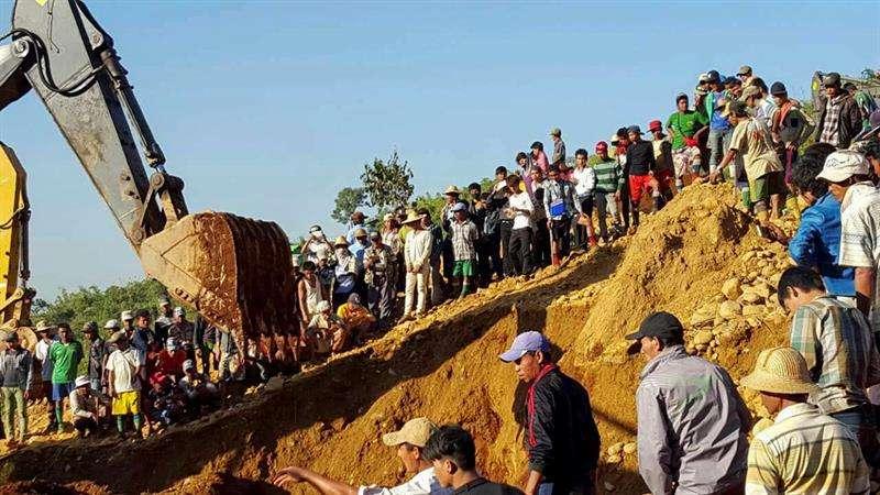 Foto de archivo de las labores de búsqueda de mineros enterrados por un deslizamiento de tierras en la mina de jade de Hpa Kant en el estado Kachin, norte de Birmania. EFE