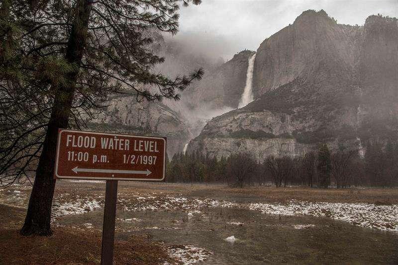Las llamas han obligado a las autoridades a cortar la autopista 140, una de las vías de acceso a este popular y turístico parque nacional estadounidense. EFE/Archivo
