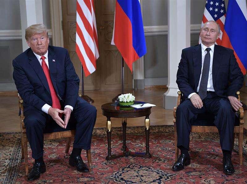 Los presidentes de EE.UU, Donald Trump (i), y de Rusia, Vladímir Putin, durante su primera cumbre formal celebrada en el Palacio Presidencial de Helsinki, Finlandia. EFE/Alexey Nikolsky/Foto cedida por el Kremlin