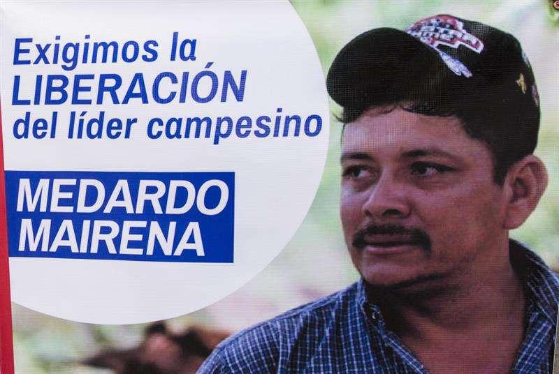 Primer plano de un cartel con la imagen del líder campesino y representante en la mesa de diálogo nacional Medardo Mairena durante un plantón frente a los juzgados de Managua (Nicaragua). EFE