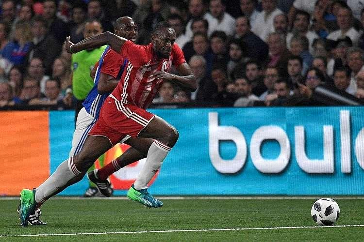 Bolt Usain Bolt (d) durante su participación en un partido amistoso entre una selección de futbolistas franceses (France98) y una selección internacional (FIFA98). Foto: EFE