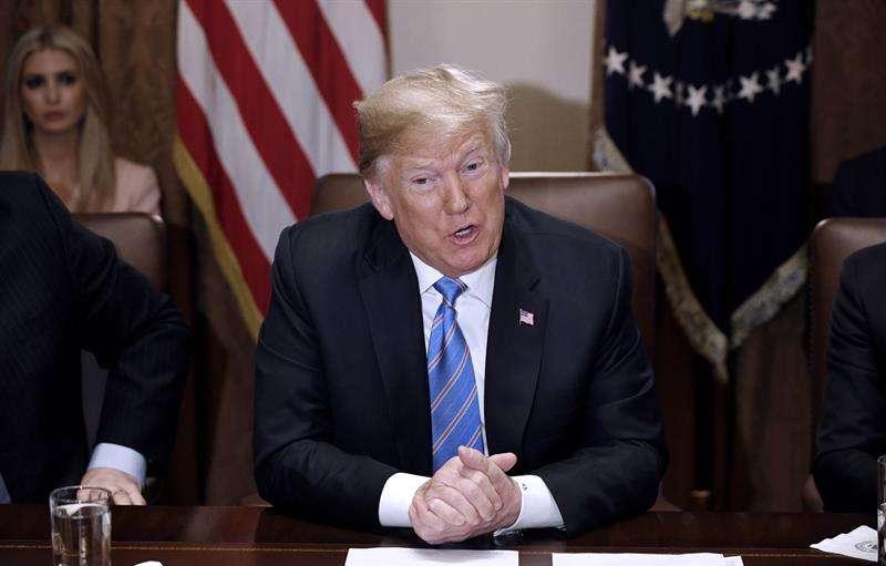 El presidente de los Estados Unidos, Donald J. Trump, asiste a una reunión con su gabinete en la Casa Blanca, Washington, hoy, 18 de julio de 2018. EFE