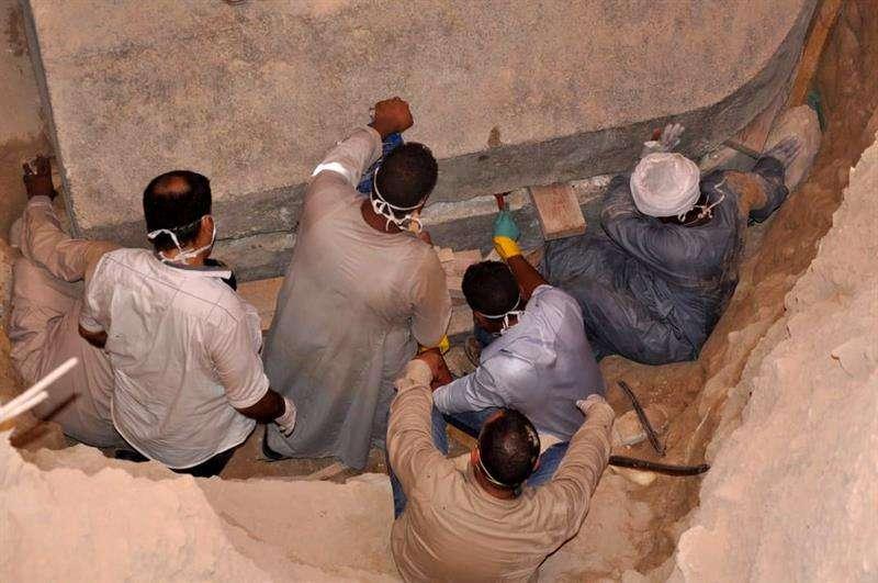 Arqueólogos egipcios se preparan para abrir el sarcófago, en el distrito de Sidi Gaber, en Alejandría (Egipto). Foto: EFE