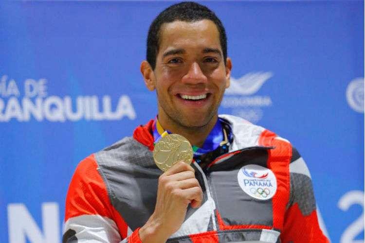 Edgar Crespo con su medalla de oro conquistada hoy lunes. Foto COP