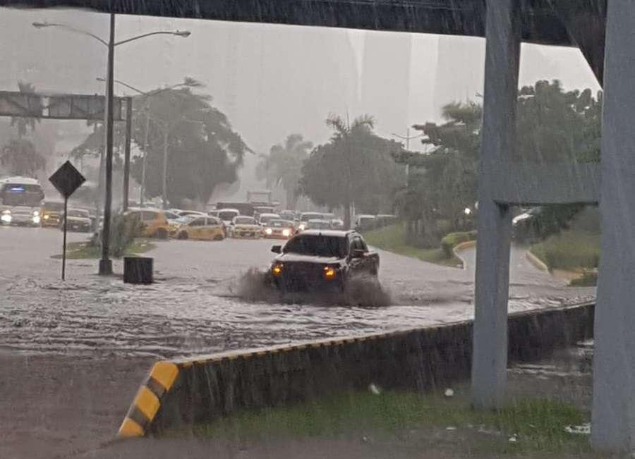 Inundada la Avenida Balboa, a la altura de la 5 de Mayo. Foto: @TraficoCPanama