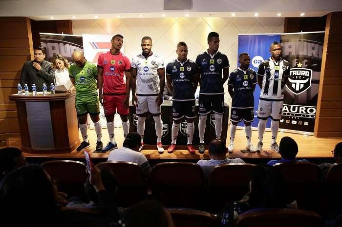 Jugadores durante la presentación de la nueva indumentaria deportiva y plantilla del Tauro F.C. para el torneo Apertura 2018 de la Liga Panameña de Fútbol (LPF)./EFE