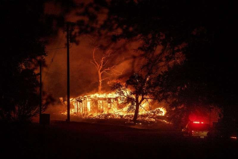 Los residentes que recogieron sus pertenencias a toda prisa describieron una escapada caótica y congestionada. AP
