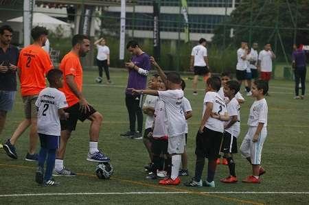 Dani Carvajal, futbolista de la selección España y del Real Madrid, acompaña un entrenamiento de niños y jóvenes. Foto: EFE