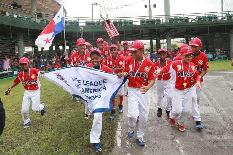 El equipo de Panamá A, representado por la Liga de Vacamonte, hace el recorrido con el trofeo de campeón latinoamericano. Foto: Anayansi Gamez