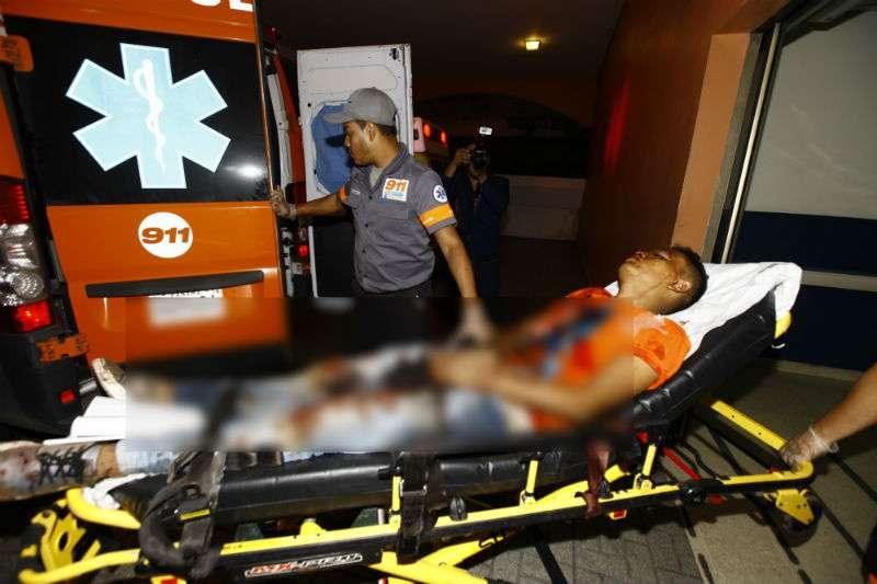 Vista del momento en el que la víctima ingresaba al cuarto de urgencia del hospital Santo Tomás. Foto: Alexander Santamaría