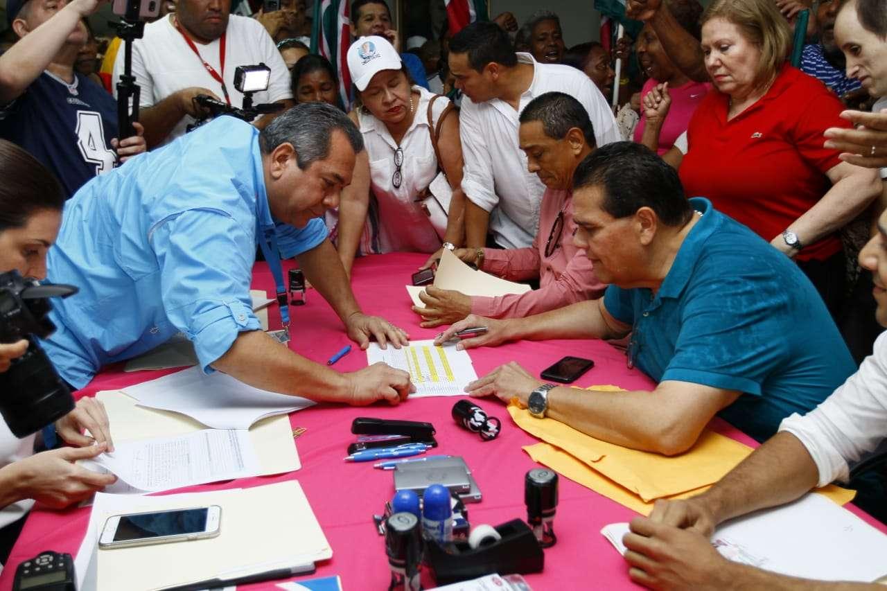 Vista general del momento en que Sergio Gálvez inscribía su postulación. Foto: Edwards Santos