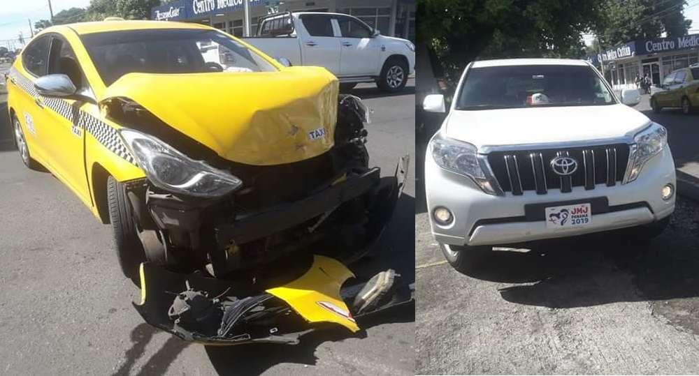 El taxi sufrió la mayor parte de los daños.  /  Foto: Mayra Madrid