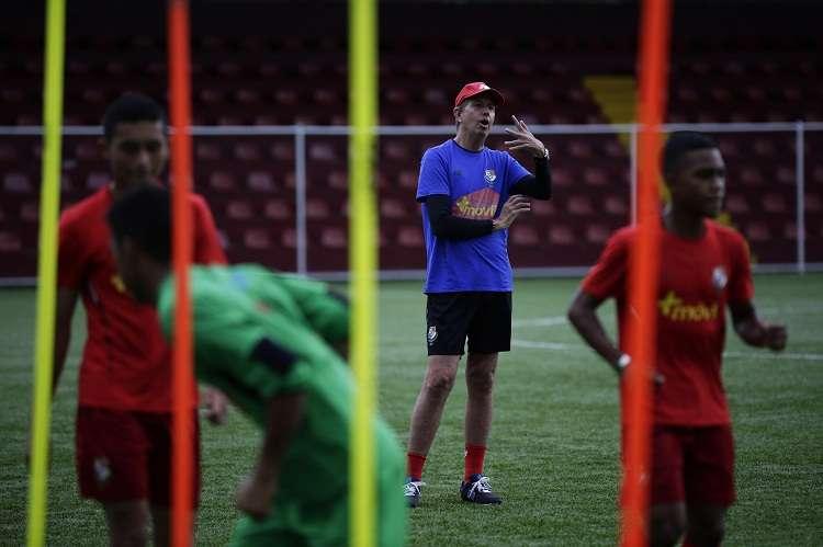 El técnico anglo-panameño Gary Stempel (c) dirige un entrenamiento de la selección de fútbol sub-17. Foto: EFE