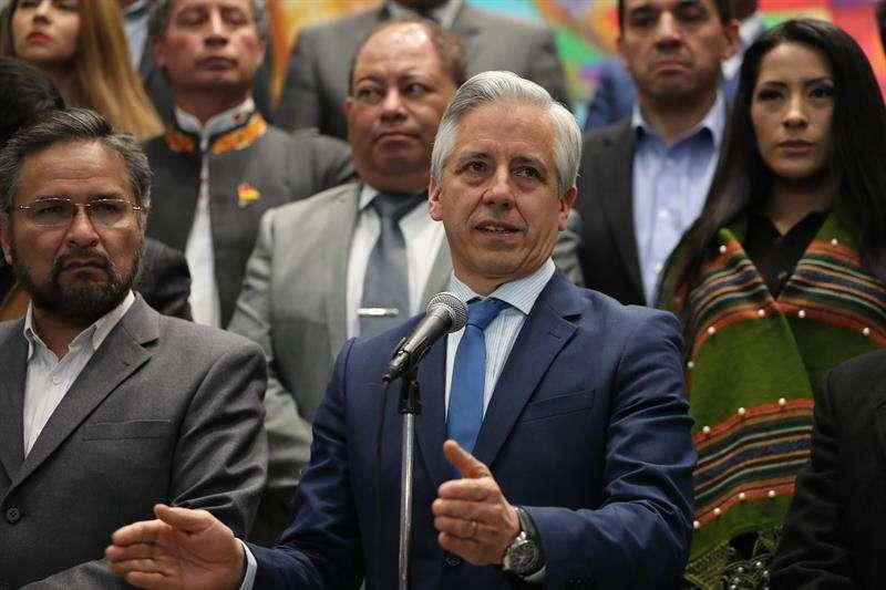 El presidente en ejercicio de Bolivia, Álvaro García Linera, habla durante una rueda de prensa en la sede del Gobierno, tras una reunión extraordinaria del gabinete de Gobierno para seguir el fallo de la Corte Internacional de Justicia, en La Paz. EFE
