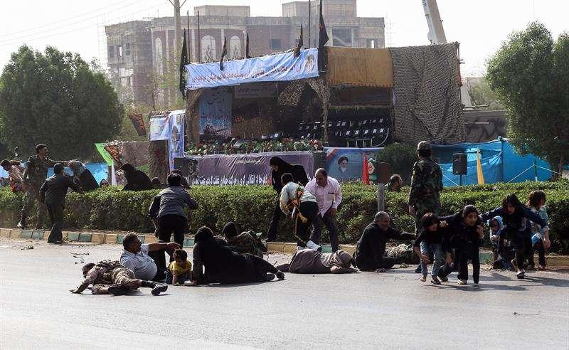 Algunos de los asistentes al desfile militar en Ahvaz del pasado 22 de septiembre, tratan de huir durante el ataque terrorista registrado en esta ciudad iraní. EFE/Archivo
