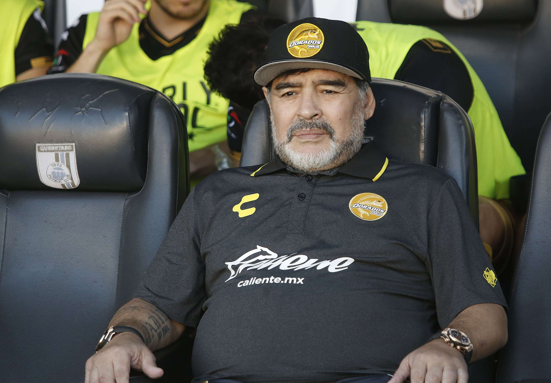 Diego Armando Maradona, entrenador de Dorados, observa a los jugadores durante el juego de octavos de final del la Copa MX./ EFE