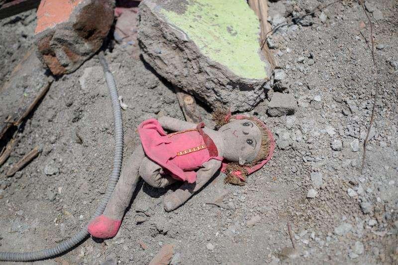 Una muñeca yace en el suelo en un área devastada por el tsunami, en Doggala (Indonesia), este 3 de octubre. EFE