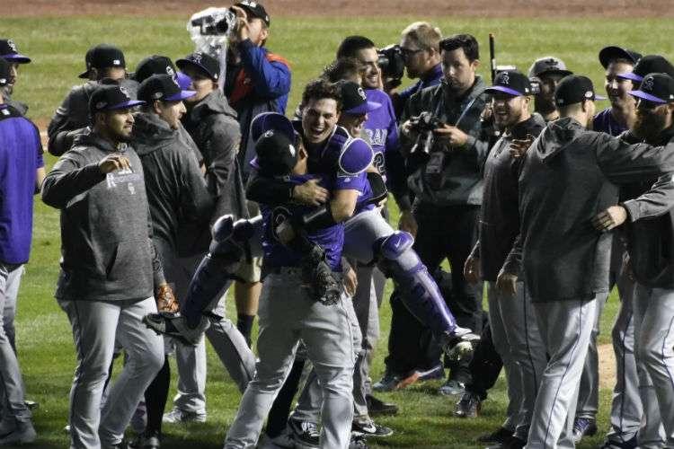 Los Rockies celebran su triunfo sobre los Cachorros de Chicago. Foto: AP