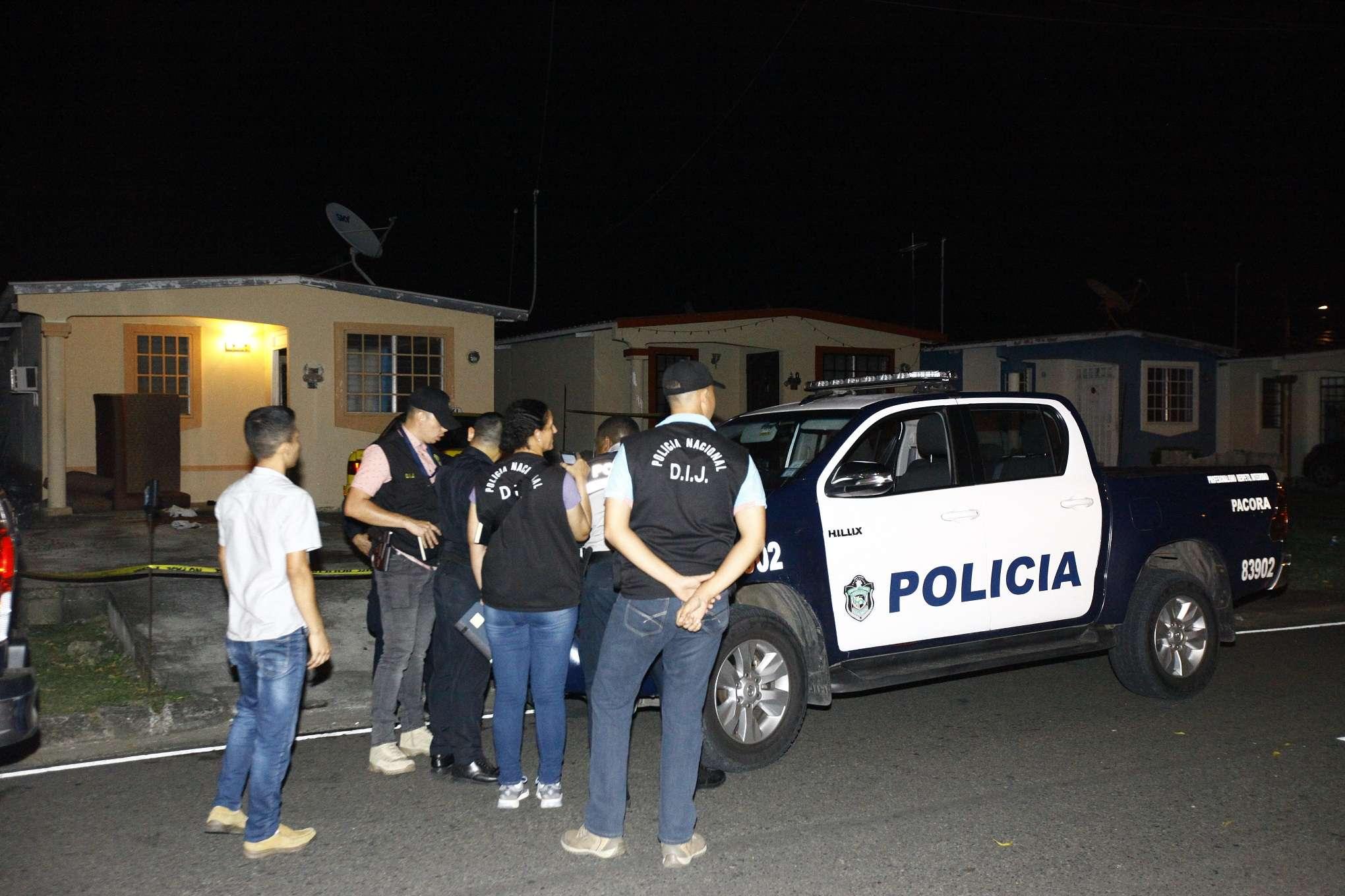 La Policía Nacional y otras autoridades llegaron a la escena del crimen, la noche de los hechos.