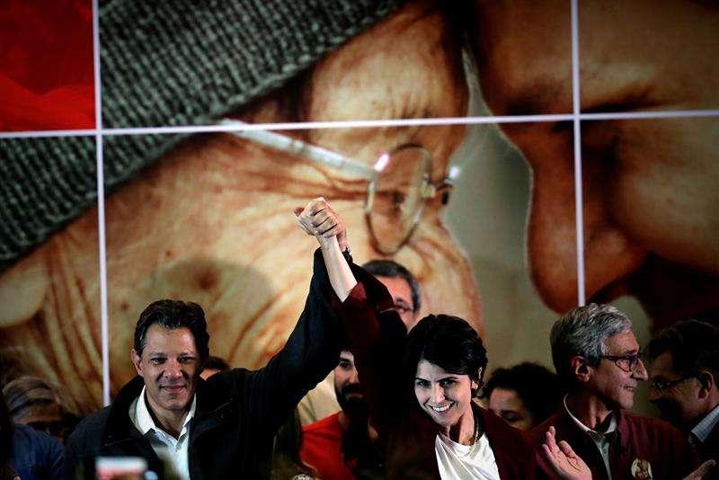 El candidato a la Presidencia de Brasil por el Partido de los Trabajadores, Fernando Haddad, y su fórmula vicepresidencial, Manuela Davila, fueron registrados este domingo, tras conocer su paso a la segunda vuelta de las elecciones presidenciales. EFE