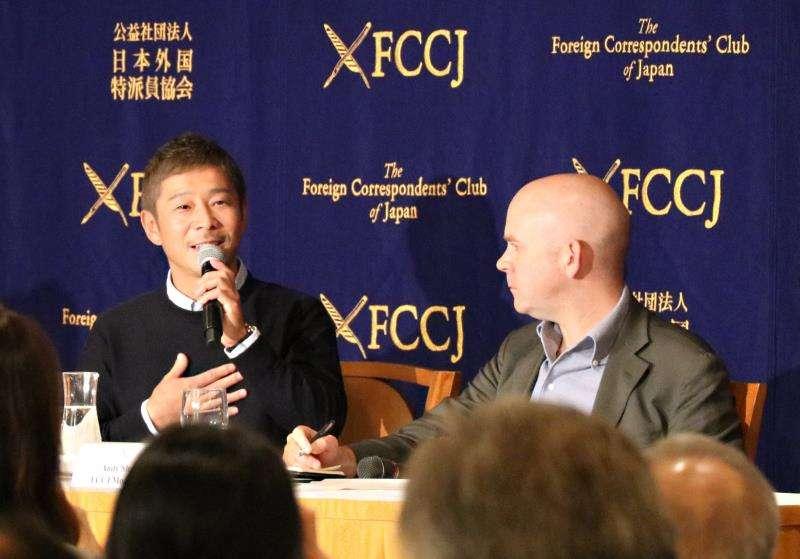 El empresario nipón Yusaku Maezawa (i), durante su primera aparición tras anunciarse que la compañía aeroespacial SpaceX, propiedad de Elon Musk, lo ha elegido para convertirse en el primer turista espacial de la historia. EFE
