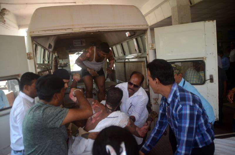 Varias personas transportan a un herido al hospital en Raipur, Chattisgarh (India), hoy, 9 de octubre de 2018. EFE