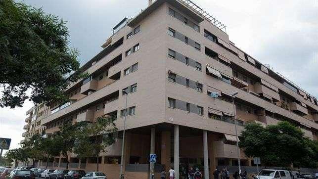 Vista general del edificio de Málaga capital donde esta mañana han fallecido una niña de 6 años y un hombre de 50 al precipitarse desde un quinto piso, suceso que investiga la Policía Nacional. EFE
