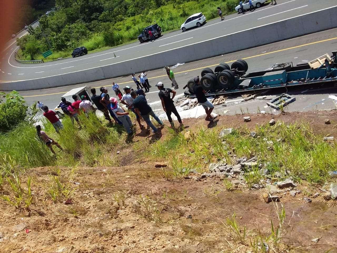 Magdalena Boniche González, y sus dos pequeños, Anthony y Eric de 7 y 9 años respectivamente fallecieron la mañana de este lunes luego de ser atropellados por un camión que se salió de la vía Interamericana a la altura de Las Peñitas, La Mesa, Veraguas.