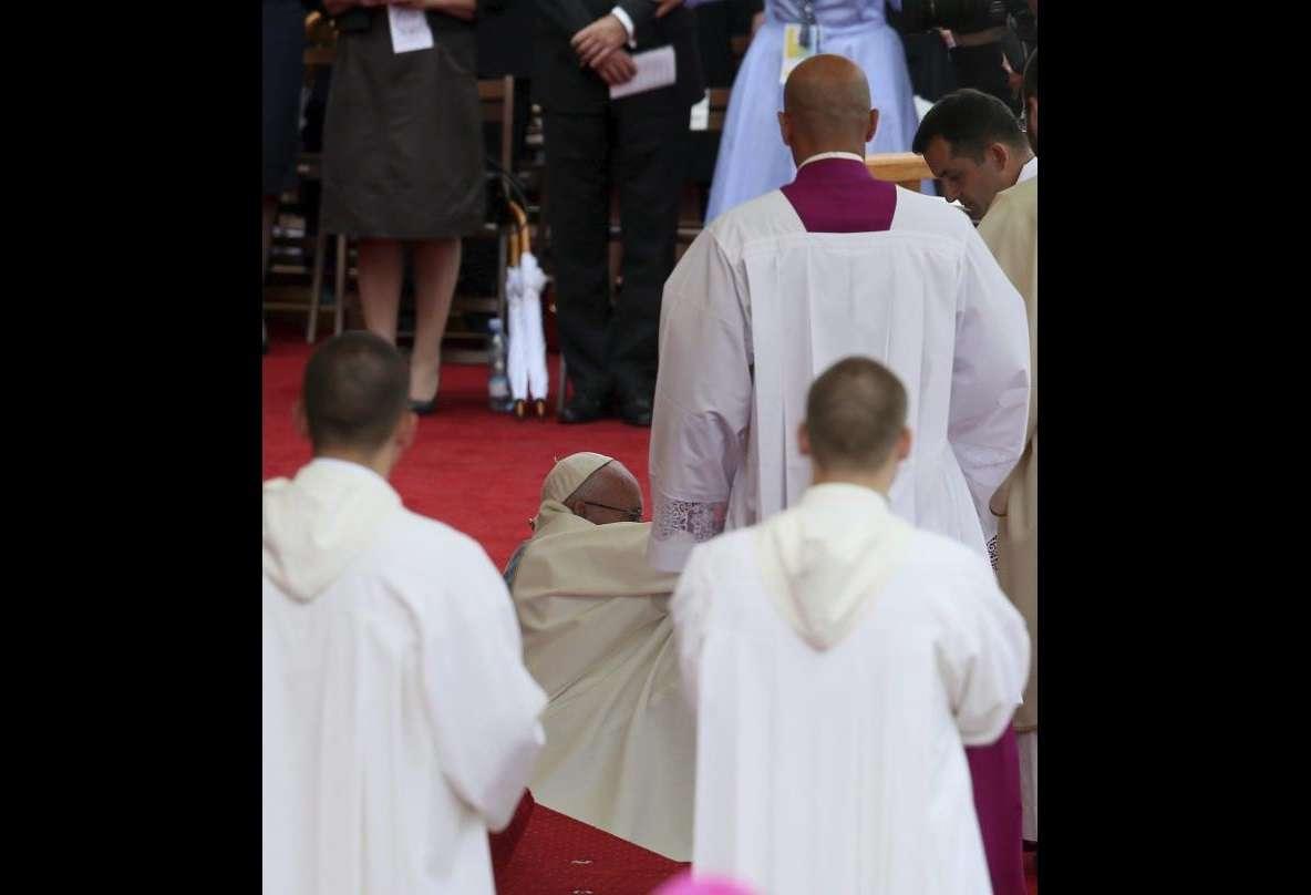 Imagen de archivo de la caída que sufrió el papa Francisco a su llegada al santuario de Jasna Gora para oficiar una misa en Czestochowa, con motivo del 1.050 aniversario del cristianismo en Polonia, el 28 de julio de 2016. EFE/Archivo