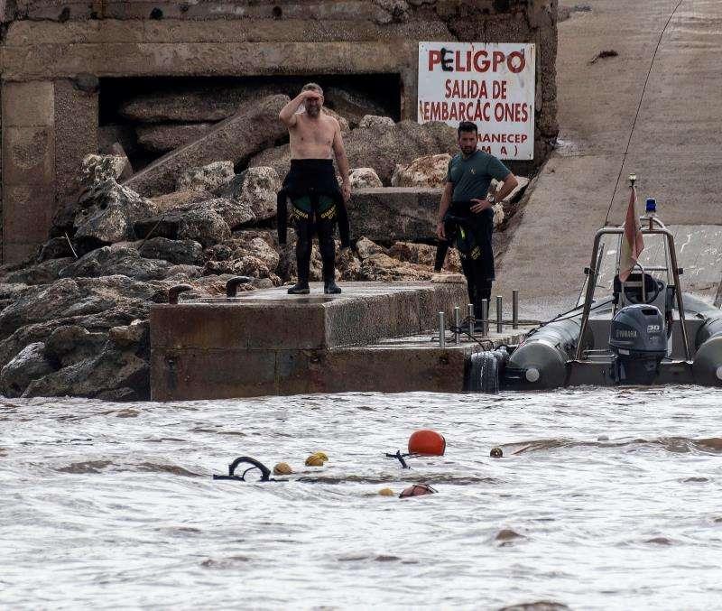 Efectivos de la policía trabajan en la localidad de Sillot (Mallorca), tras las inundaciones y el desbordamiento de torrentes provocados ayer por las fuertes lluvias en la isla. EFE