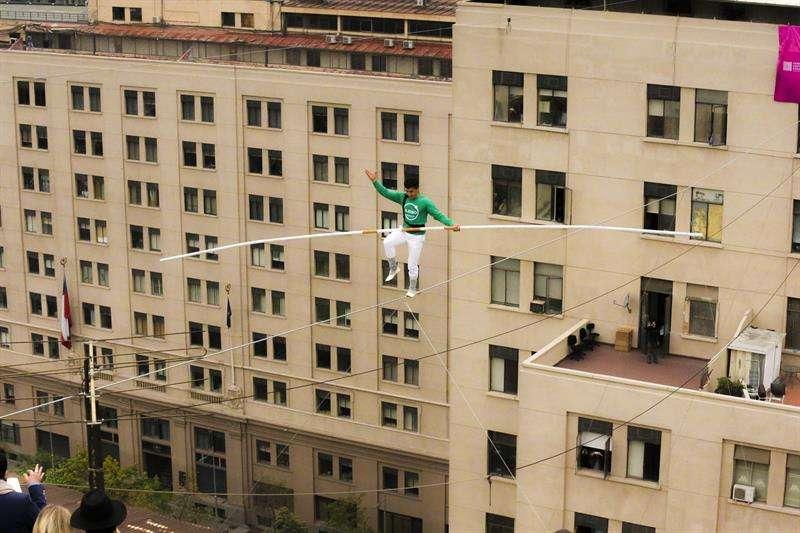 El funambulista marroquí Mustafá Danger cruza hoy, miércoles 10 de octubre de 2018, en un cable de acero a cincuenta metros de altura el Paseo Bulnes, en el centro de Santiago (Chile). EFE