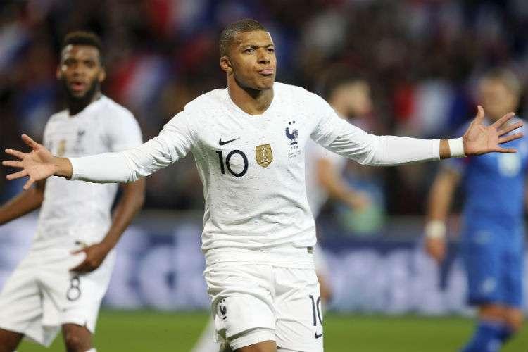 Mbappé salió al rescate de Francia en el partido ante Islandia.