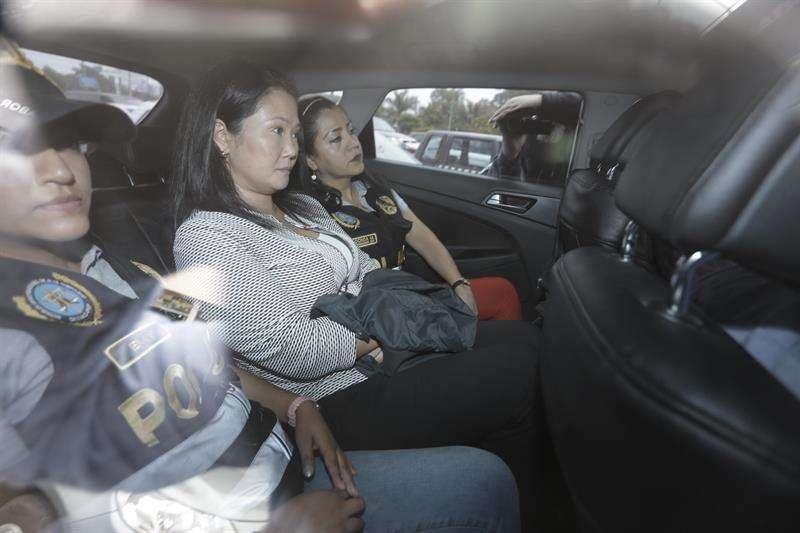 Fotografía cedida por el diario Correo, que muestra a la líder opositora Keiko Fujimori (c) mientras abandona Medicina Legal, el pasado miércoles 10 de octubre de 2018, en Lima (Perú). EFECortesía diario Correo