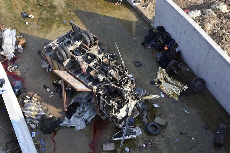 Migrantes viajaban en el camión que rodó desde un puente en la provincia occidental de Esmirna. AP