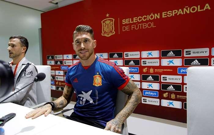 El capitán de la selección española, Sergio Ramos (d), durante la rueda de prensa ofrecida esta tarde en el estadio Benito Villamarín, en Sevilla./ EFE